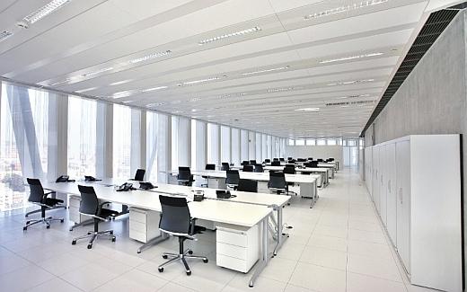 Biuro typu open space, sufit podwieszany