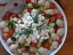 Sałatka z makaronem, cukinią, pomidorami i serem feta