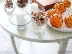 Dekoracje świąteczne na białym stoliku