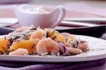 Sałatka z dzikim ryżem, krewetkami i serem pleśniowym