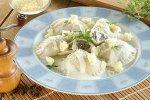 Pierogi z kaszą i grzybami z sosem serowym