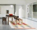 Kolorowy dywan w minimalistycznej jadalni