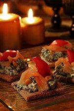 Kanapki z pastą serowo szpinakową i wędzonym łososiem