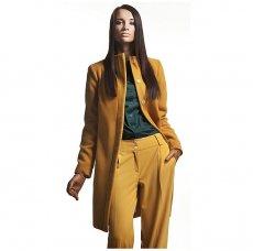 Moda w kolorze musztardowym, spodnie i płaszcz