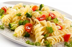 Makaron z brokułami i pomidorami