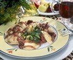 Pierogi z mięsem i kapustą z sosem z czerwonego wina