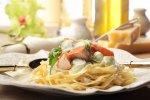 Fettuccine, makaron wstążki z łososiem