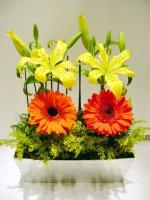 Kompozycja ze sztucznych kwiatów